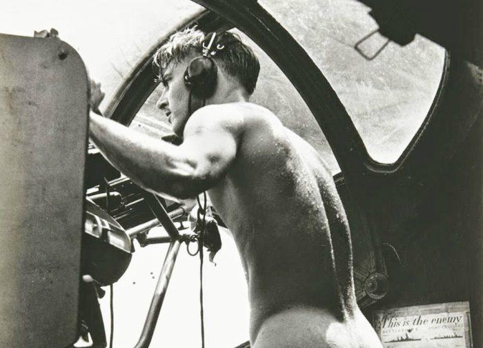 Ο ολόγυμνος πυροβολητής που έσωσε αεροπόρο στον Β' παγκόσμιο πόλεμο