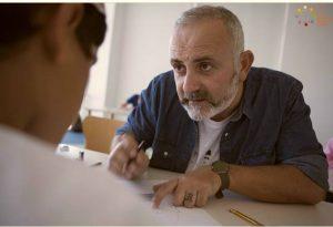 Ένας Κρητικός μαθαίνει τα παιδιά των Αράβων να ζωγραφίζουν - Ο Κωστής Γριβάκης στο Ομάν