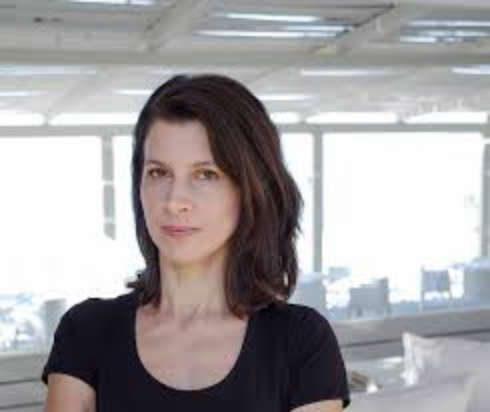 Η Ελένη Στελλάτου παρουσιάζει «Το κόκκινο και το άσπρο» στις Πλειάδες