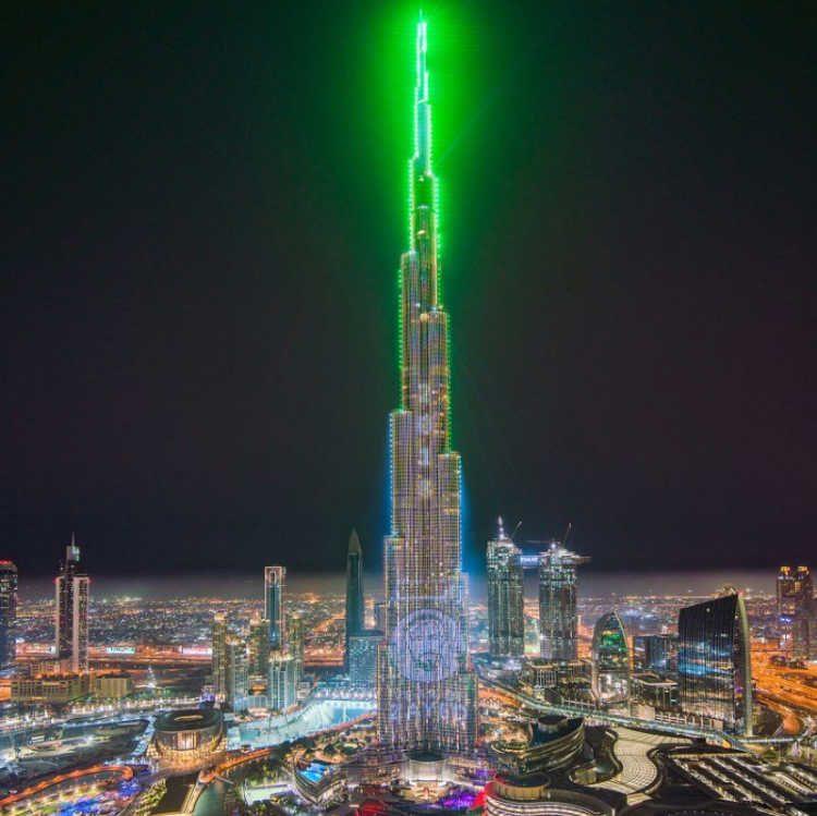 Ο Burj Khalifa φωτίζεται με λέιζερ… και σπάει ρεκόρ Γκίνες!