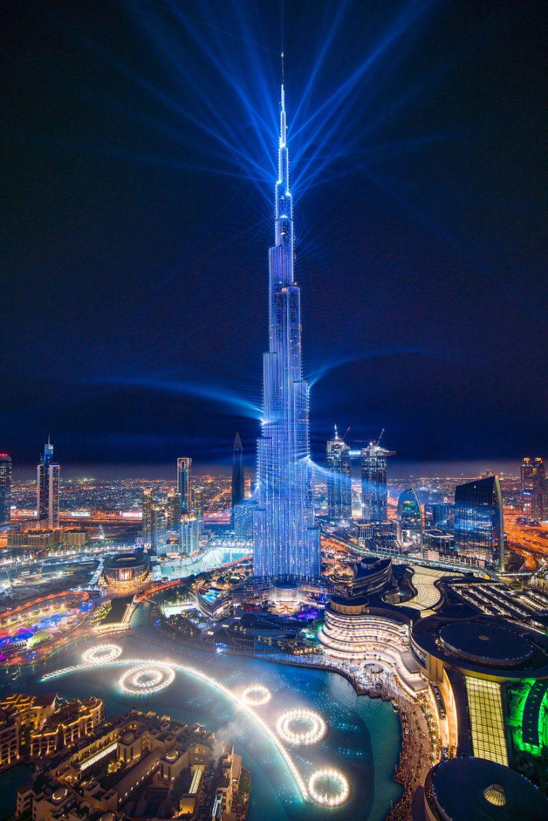 Ο Burj Khalifa φωτίζεται με λέιζερ... και σπάει ρεκόρ Γκίνες!