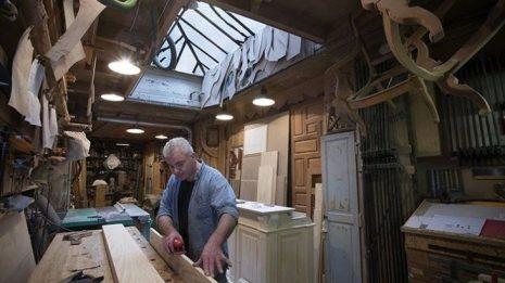 Δυο μαλωμένα αδέρφια πλήρωσαν ξυλουργό για να φτιάξει φράχτη ανάμεσα στα σπίτια τους. Εκείνος έκανε κάτι καλύτερο...