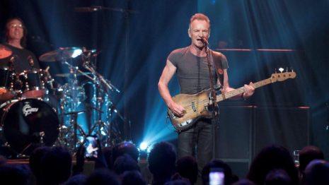 Sting: Βγήκε με σκούπα στο Ηρώδειο και καθάρισε τα νερά ( Βίντεο )