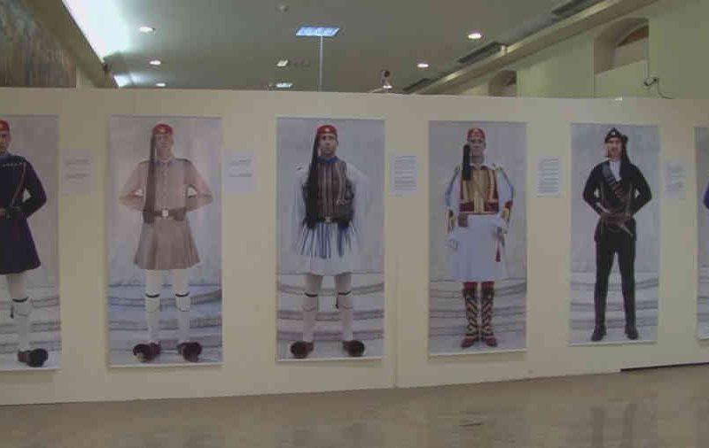 «Εύζωνες / Οι φύλακες των αφανών», φωτογραφική έκθεση της Δήμητρας Χατζηαδάμ