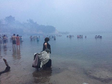 Συγκλονιστικές φωτογραφίες από το Μάτι: Καταφύγιο στην παραλία για εκατοντάδες τρομοκρατημένους πολίτες