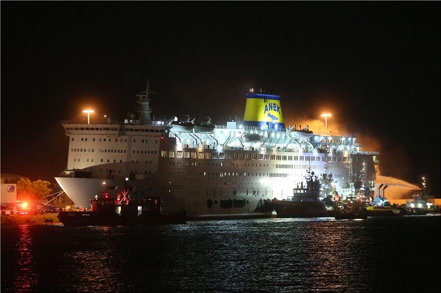 , Η φωτιά συνεχίζει να καίει τα σωθικά του «Ελευθέριος Βενιζέλος» και το πλοίο πήρε κλίση – Γιατί άνοιξαν τρύπες στο πλοίο