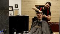 The Barber Show με τον Σπύρο Γραμμένο «Κουρεύοντας το Φοίβο Δεληβοριά»