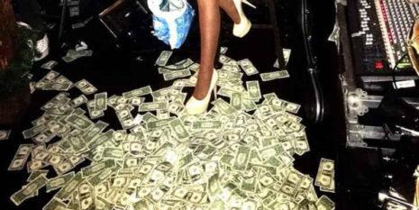 Χιλιάδες δολάρια στα πόδια γνωστής Ελληνίδας τραγουδίστριας στην Αμερική (Εικόνες)