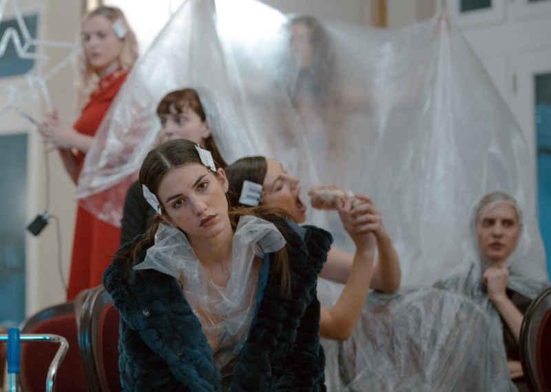 , «Κούκλες», βασισμένο στο Κουκλόσπιτο του Χένρικ Ίψεν στο Δημοτικό Θέατρο Πειραιά