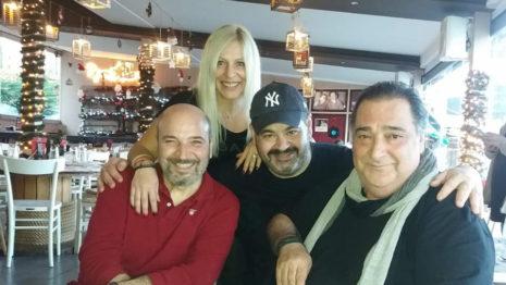 Νίκος Ζωιδάκης: Ο Βασίλης Καρράς και οι συμπρωταγωνιστές του στο θέατρο τον τίμησαν στον «Σπάγγο» σε τρελό γλέντι (εικόνες)