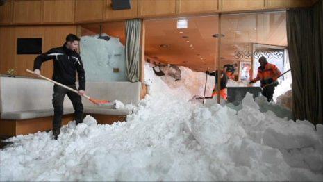 Ξενοδοχείο χτυπήθηκε από χιονοστιβάδα στην Ελβετία (Video)