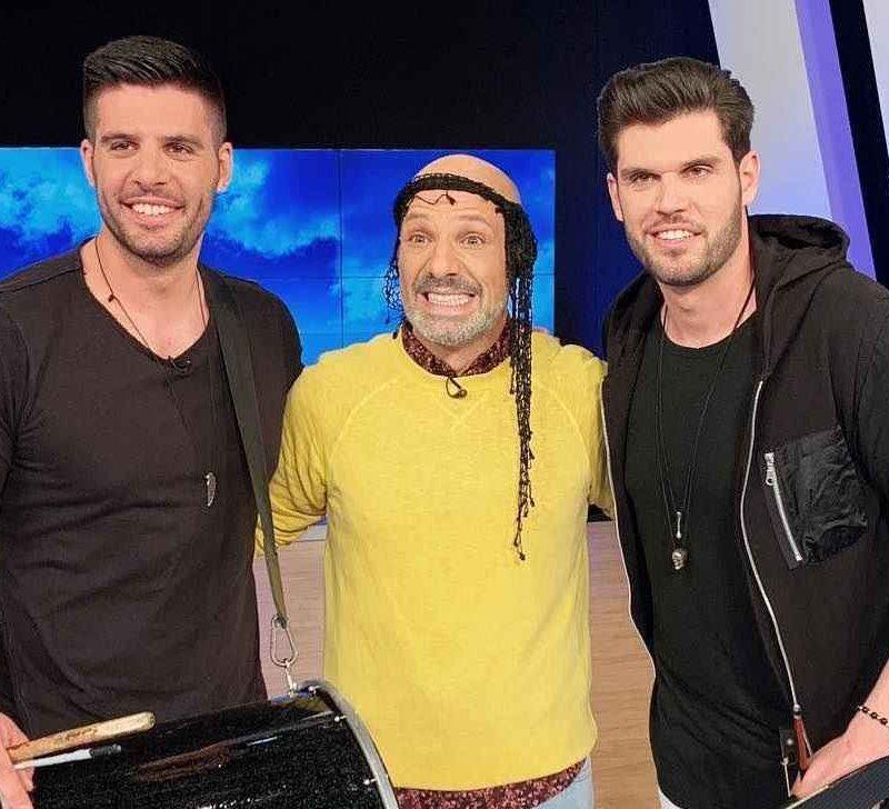 Επικό βίντεο γέλιου: Το «προκαλώ» των Droulias Brothers στον Μουτσινά και το «ντου» στο πλατό, που τον χόρεψαν πεντοζάλι