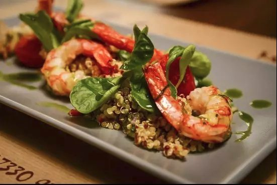 Super food σαλάτα με κινόα και ψητές γαρίδες Ατλάντικου!