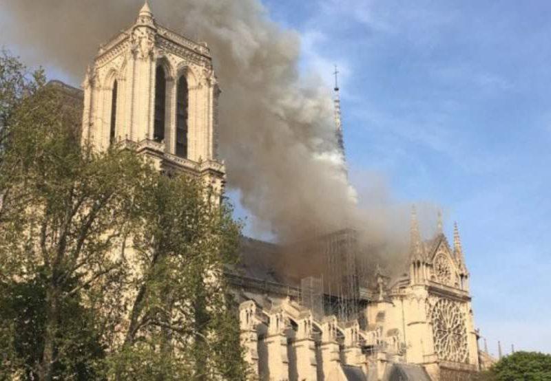 Φωτιά στην Παναγία των Παρισίων (Φώτος & Βίντεο)   Updated