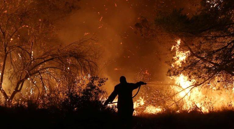 , Φωτιά Εύβοια: Δύσκολη και η αποψινή νύχτα! Αντιπυρική ζώνη περιμετρικά του χωριού Πλατάνα!