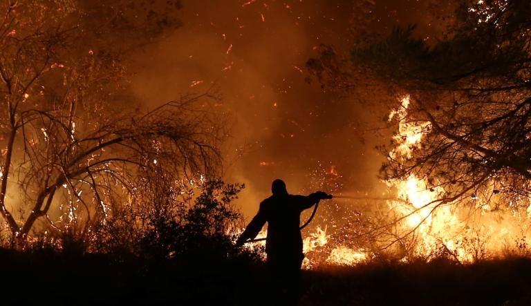 Φωτιά Εύβοια: Δύσκολη και η αποψινή νύχτα! Αντιπυρική ζώνη περιμετρικά του χωριού Πλατάνα!