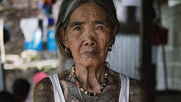 Η 102χρονη tattoo artist των Φιλιππινών. Οι πελάτες της ταξιδεύουν 15 ώρες για να την επισκεφτούν
