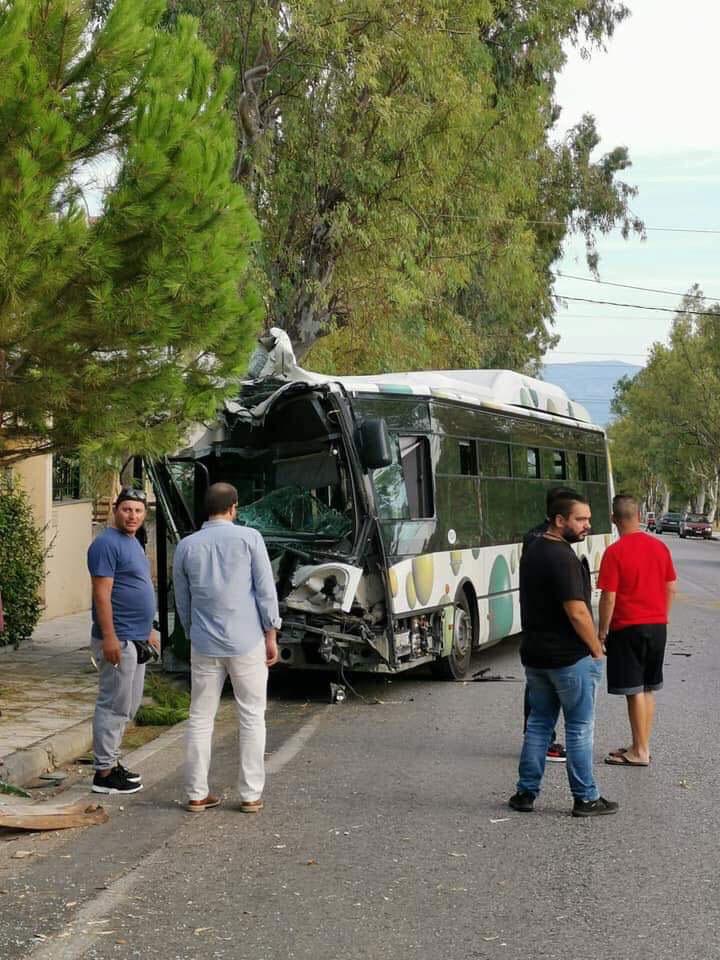 , Σοβαρό τροχαίο λεωφορείου με ΙΧ στο Μενίδι – Ένας τραυματίας