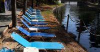 , Τα Τρίκαλα είναι πολύ μπροστά: Έβαλαν ξαπλώστρες στην όχθη του ποταμού