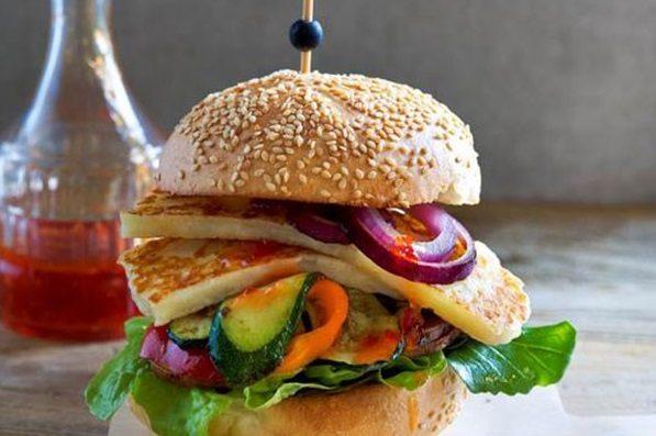Burger λαχανικών με ψητά μανιτάρια και χαλούμι
