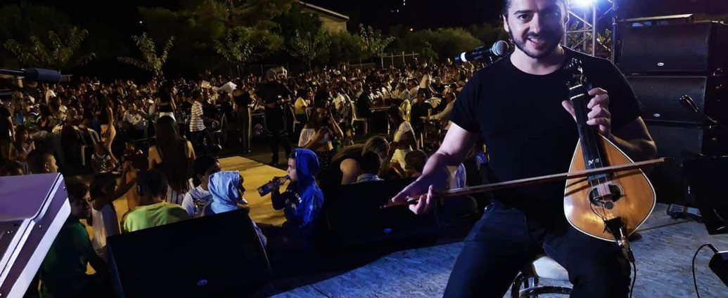 , Nίκος Βεζυράκης: Ποιος είναι ο λυράρης που έχει κάνει Κρήτη-Αθήνα-Κύπρο να χορεύουν στους ρυθμούς της λύρας του