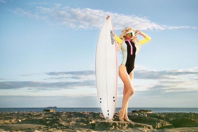 Χριστιάνα Καρνέζη – Με αέρα Baywatch φωτογραφίζεται και ανεβάζει το θερμόμετρο στα ύψη