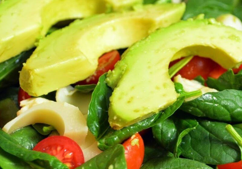 Σαλάτα με αβοκάντο ραπανάκι και ντοματίνια