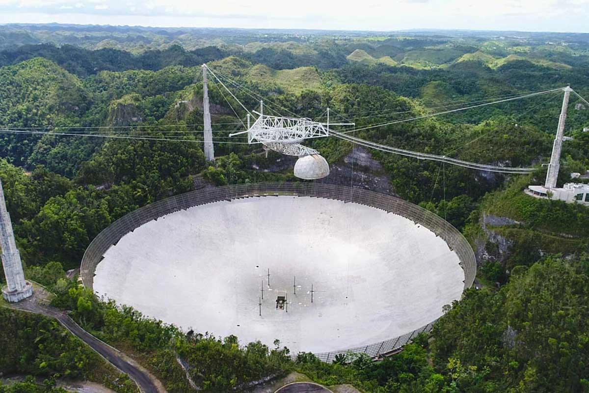 Το γιγαντιαίο τηλεσκόπιο του Αρεσίμπο στο Πουέρτο Ρίκο κατέρρευσε πριν από την προγραμματισμένη κατεδάφιση